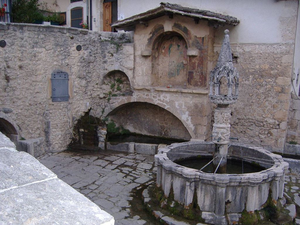 Fontecchio (AQ): Fontana Vecchia (XIV secolo)