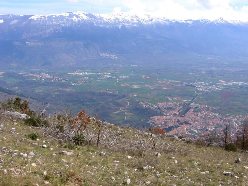Raiano (AQ), sullo sfondo il Monte Morrone