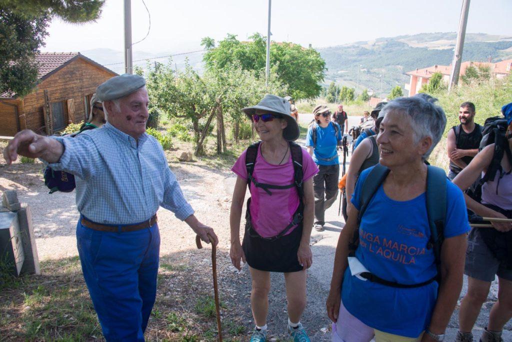 Un abitante di San Giuliano di Puglia ci saluta e ci indica la via